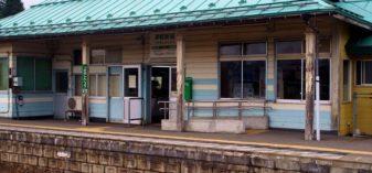 【駅舎探索】真っ青な木造駅舎が美しい津軽新城駅に降り立つ