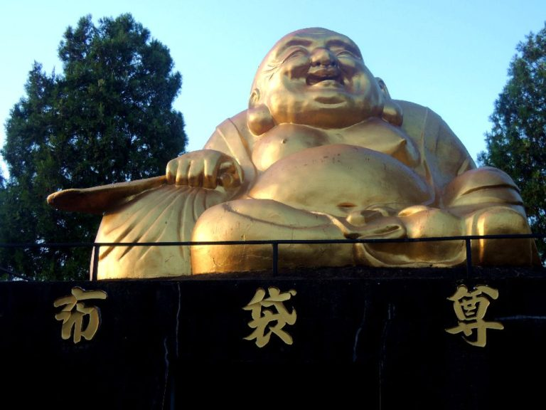 大谷山・蓮光寺(寄居町)の布袋尊と福禄寿。黄金の圧倒的存在感