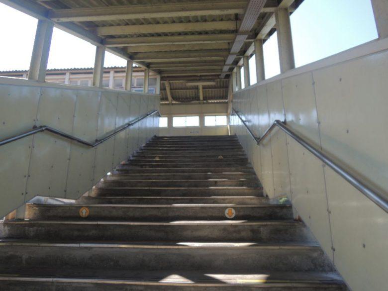 片岡駅_跨線橋の階段