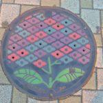 横浜線の淵野辺駅を散策。相模原市の色鮮やかな紫陽花のマンホールに見惚れる